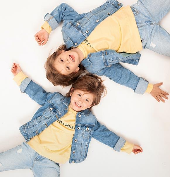 kids-laying-on-floor