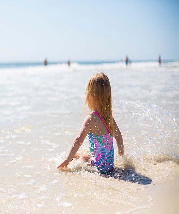 Μικρό κορίτσι στην παραλία.