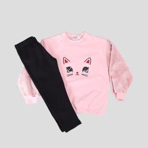 Σετ φόρμας. Ροζ μπλούζα με τύπωμα γατούλα και μαύρο παντελόνι.
