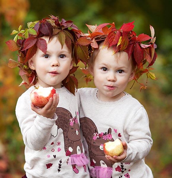 δύο παιδάκια με μήλα φθινόπωρο